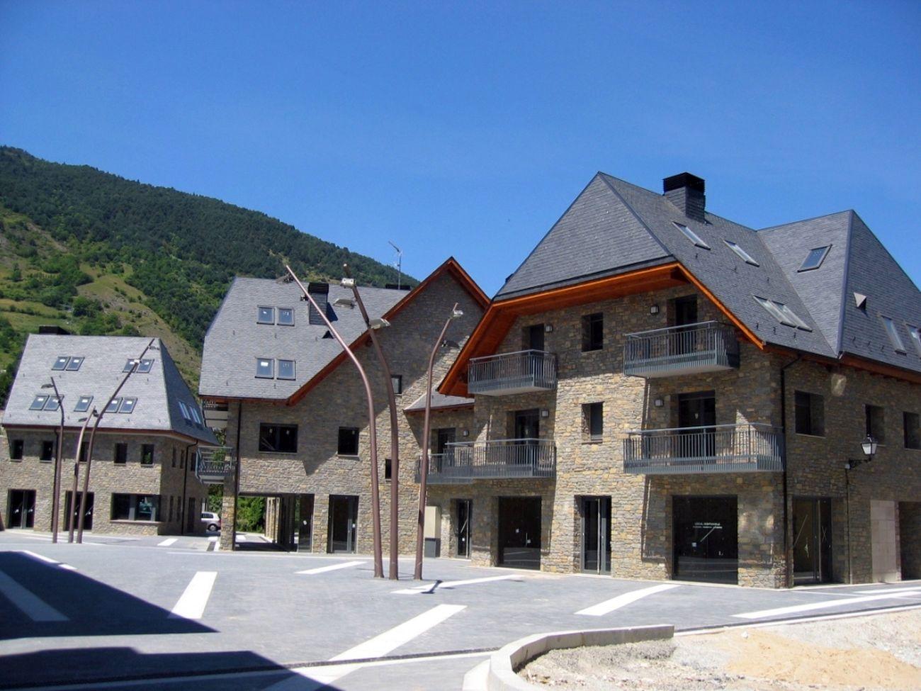 ADEMÀ CANELA COMELLA Arquitectes Associats S.L.P: Conjunto residencial de 32 viviendas en Vielha